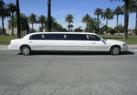 2005 white lincoln town car limo