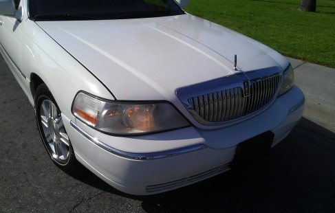 white 2008 lincoln 180 inch town car limo