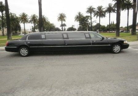 2003 black 120-inch lincoln town Car limousine