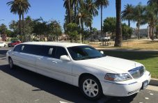 2006 white 120-inch 5th door lincoln town car limousine