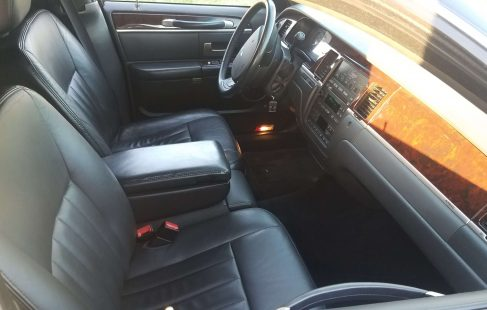 2007 black 70-inch lincoln town car driver compartment 682