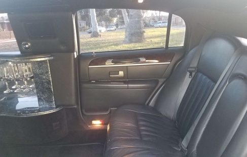 2007 black 70-inch lincoln town car inside right rear 682