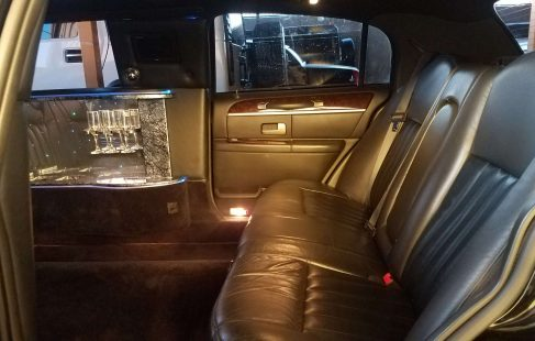 2007 black 70-inch lincoln town car rear seating 682