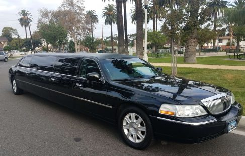 2010 black 120-inch 5th door lincoln towncar limousine