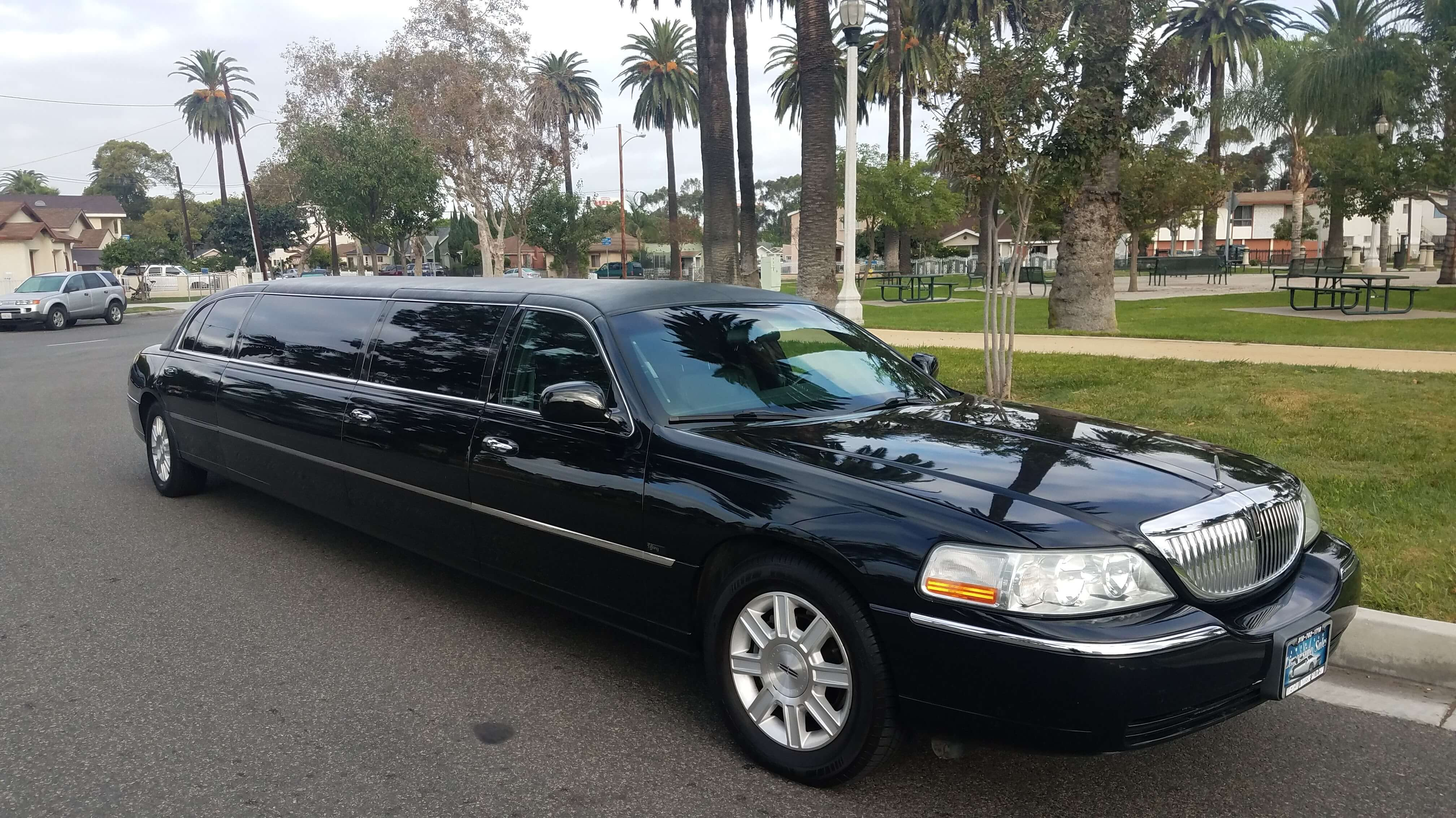 2010 black 120 inch 5th door lincoln towncar limousine