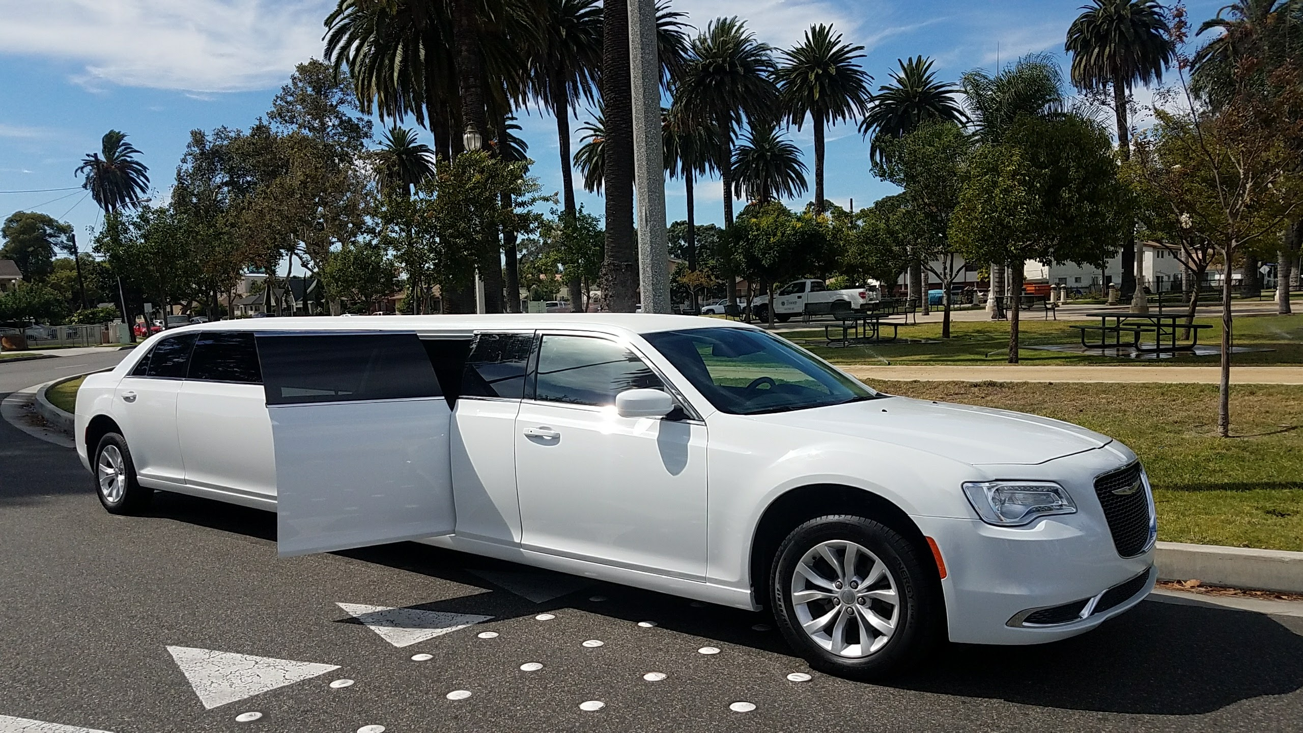 Limo For Sale >> Five Door Chrysler 300 White 140 Inch Limo Sale 1251